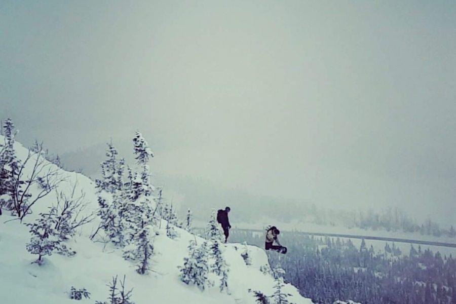 S'amuser dans 1 mètre de neige en Gaspésie : la tempête de l'hiver