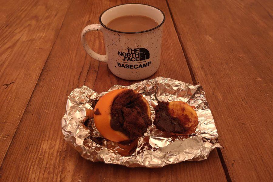 Recette de brownies cuits à l'intérieur d'une orange dans la braise